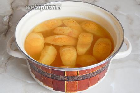 Компот настоится и станет очень ароматным. Процеживаем напиток и наслаждаемся. Кстати, яблоки не выбрасывайте — они такие вкусные, с апельсиновым вкусом.