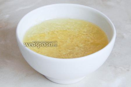 Чеснок измельчаем и отправляем в бульон, который солим по вкусу. Это соус берам.