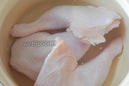 Старайтесь соблюдать данную последовательность действий и тогда время на приготовления блюда не слишком растянется. Первым делом помоем куриное мясо, зальем его водой (около 3 литров) и поставим на огонь.