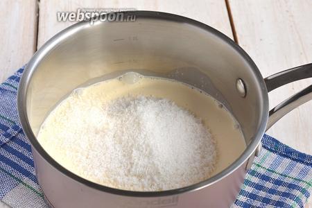 Соединить сливки, сахар и кокосовую стружку. Довести до кипения.