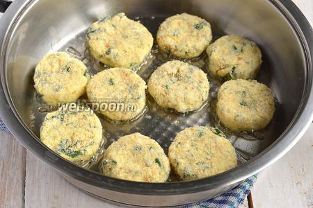Сковороду разогреть с подсолнечным маслом. Выложить сырники в подготовленную сковороду.