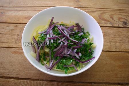 В салатник к кукурузе добавляем болгарский перец, измельчённую зелень и нарезанный полукольцами красный лук.