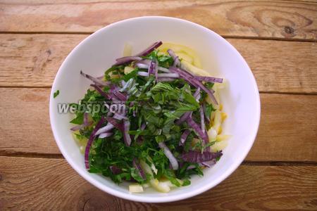 Листья базилика снять с веточек. Листики нарезать и добавить в салатник.