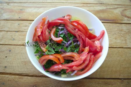 Помидоры нарежьте соломкой и добавьте в салатник.