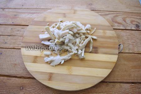 Откройте банку с кальмаром. Удалите жидкость. Само мясо кальмара нарезать соломкой.