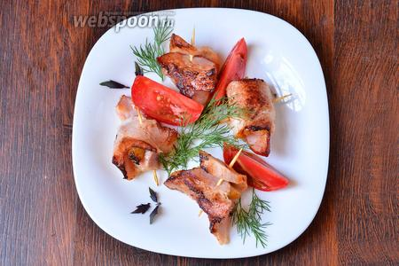 Затем выкладываем креветки, обжаренные в беконе, на тарелку, украшаем зеленью и овощами. Приятного аппетита!