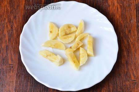 Подготавливаем ингредиенты. Банан нарезаем ломтиками на три части.