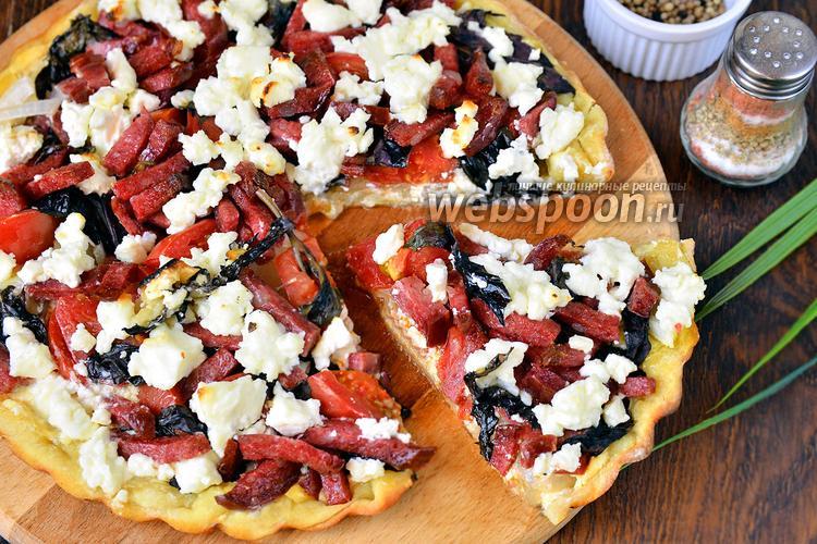 Фото Пицца с сыром Сиртаки, колбасой, базиликом и помидорами