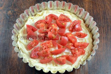 Раскладываем нарезанные помидоры, подсаливаем немного.