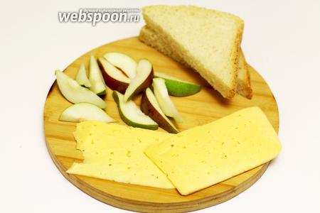 С самого начала займёмся подготовкой наших ингредиентов, потому что весь процесс происходит очень быстро. Мы должны быть готовы к каждому последующему шагу. Хлеб я использовала домашний, свежеиспечённый, квадратной формы. По этой причине разрезала его в виде треугольников, для более красивого оформления. Твёрдый сыр нарезаем на тонкие пластины, чтобы закрывали хлеб сверху. Грушу используем любого сорта, главное, чтобы она была плотная на ощупь, без чёрных пятнышек и вмятин. Промоем под проточной холодной водой, обсушим бумажным полотенцем. Разрезаем на 4 части. Острым ножом извлекаем сердцевину с семенами. Кожицу я не очищала. Потом разрезаем ещё на небольшие дольки, по всей длине груши.