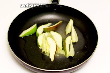 Одновременно будем карамелизировать грушу. В сковороду вводим сливочное масло, воду, сахар. Перемешиваем деревянной лопаткой до растворения ингредиентов, сразу же добавляем дольки груши. Увеличиваем огонь, карамелизируем до тёмно-коричневого цвета, постоянно помешивая лопаткой. Не передержите, чтобы карамель не превратилась в твёрдую массу. Для нашего тоста нужна тягучая мягкая карамель.