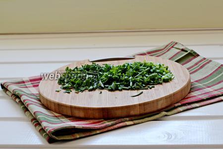 Зелёный лук и петрушку мелко порубить.
