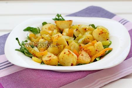 Поверх рукколы уложить картофель и сладкий перец.