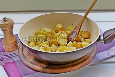 В сковороде растопить сливочное масло и обжарить картофель до готовности. Добавить чеснок, соль и перец и жарить ещё 1 минуту.