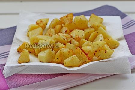 Выложить картофель на бумажное полотенце для удаления лишнего масла.