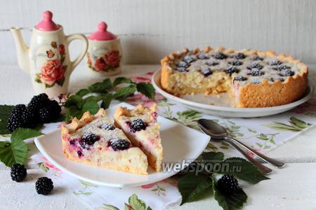 Пирог с творожным кремом и ежевикой