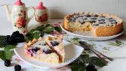 Фото рецепта Пирог с творожным кремом и ежевикой