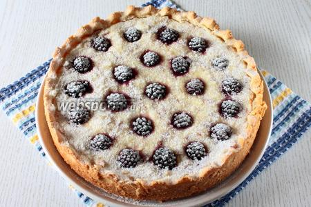 Остывший пирог вынимаем из формы и посыпаем сахарной пудрой. Наш пирог с творожным кремом и ежевикой готов. Приятного чаепития!