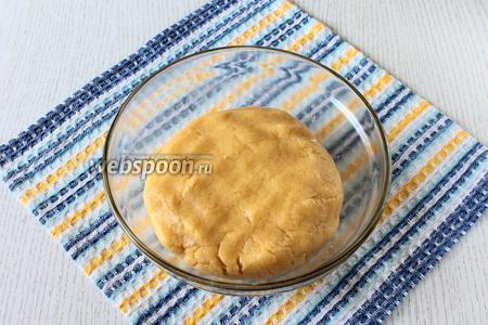 Добавляя частями муку, замешиваем тесто. Тесто убираем в холодильник и занимаемся приготовлением начинки.
