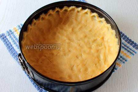 Распределяем тесто по форме делая бортики высотой 4-5 см.