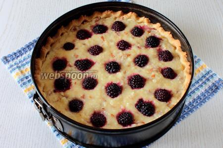 Запекаем пирог около 40 минут при температуре 180ºC.