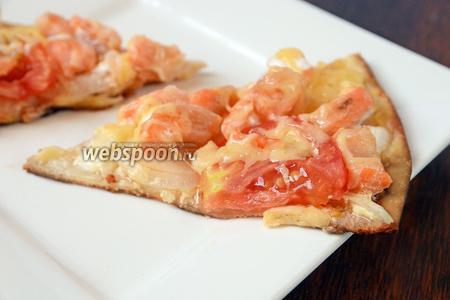 Нарезаем пиццу на 6-8 частей и подаём на стол. Хороша как в горячем, так и остывшем виде. Приятного аппетита!