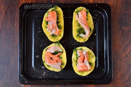 Кладём кусочки форели, форель должна быть без кожицы. Рыбу дополнительно подсаливаем и взбрызгиваем лимонным соком.