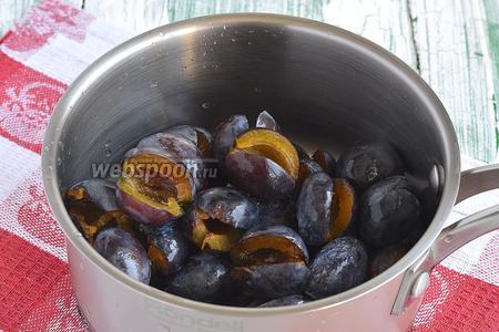 Разрезать сливы и вытянуть косточки. Поместить подготовленные сливы в кастрюлю и добавить воду.