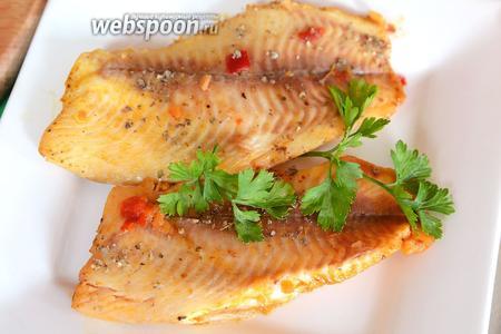 Выкладываем рыбу на тарелки, посыпаем зеленью, после чего подаём на стол в горячем виде. Приятного аппетита!