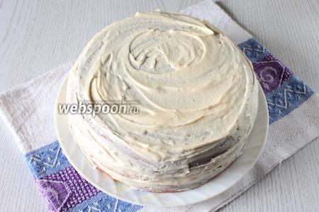 Обмажьте бока и выровняйте крем на торте.