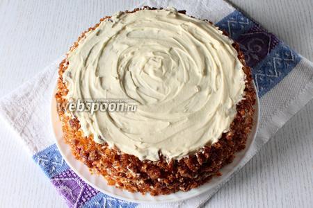 Измельчите заранее приготовленный грильяж в блендере и покройте грильяжной крошкой бока или весь торт. Оставьте немного крема, чтобы украсить его розочками. Охлаждаем торт перед подачей в течении 2-3 часов. Наш торт Вацлавский готов. Приятного чаепития!