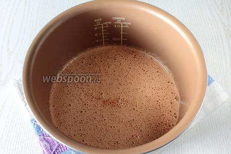 Чашу или форму смажьте маслом сливочным и присыпьте мукой. Вылейте в неё тесто.