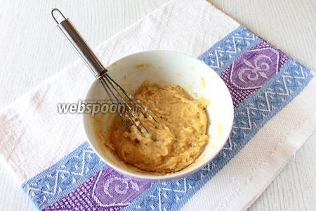 Постепенно подсыпайте муку, тесто должно получиться, как густая сметана. За 10 минут до окончания варки супа добавьте в суп клёцки. Для этого набирайте 1/4 чайной ложки теста и опускайте в кипящий суп около стенки кастрюли. Таким образом приготовьте все клецки.