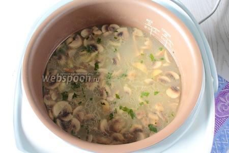 Сразу после звукового сигнала об окончании приготовления супа добавьте петрушку и лавровый лист в суп. Оставьте ещё на 5 минут суп в мультиварке с закрытой крышкой, затем перелейте суп в обычную кастрюлю. Наш фасолевый суп с грибами и клёцками в мультиварке готов. Приятного аппетита !