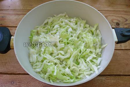 На сковороде с добавлением растительного масла обжарить капусту, 5 минут. Огонь сделайте небольшой.