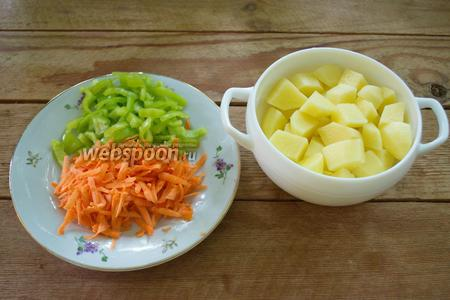 Болгарский перец нарезать мелко. Морковь натереть на крупной тёрке. Картофель нарезать небольшим кубиком.