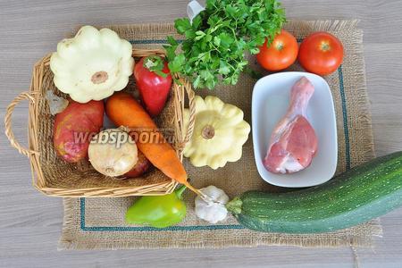 Для рагу приготовим плечо индейки, патиссоны, кабачки, лук, морковь, помидоры, чеснок, перец сладкий, картофель, масло, специи и соль.