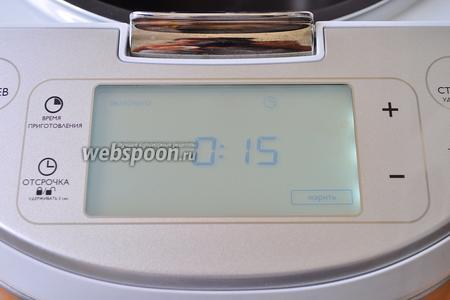 Включим мультиварку в режиме «Жарить» на 15 минут и вольём масло.