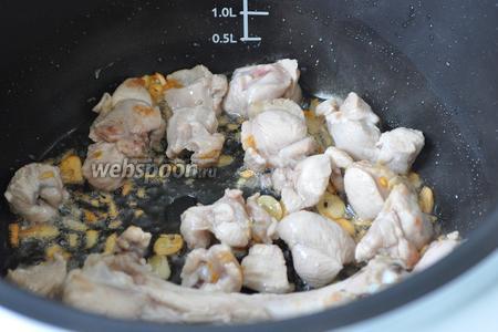 Нарезанные кусочки индейки добавим в мультиварку и обжарим, косточку тоже бросим для аромата.