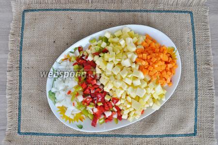 Овощи все нарежем кубиками, чтобы в рагу всё было идеальной формы.
