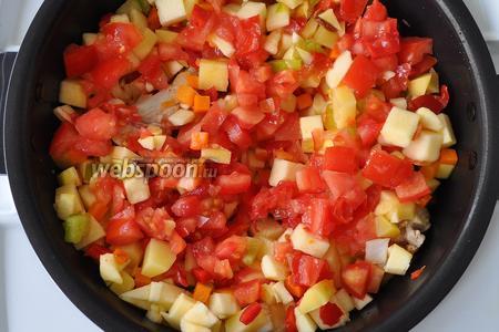 Добавим помидоры, вольём куриный бульон.