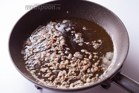 Обжариваем лук до коричневого цвета в 30 г сливочного масла.