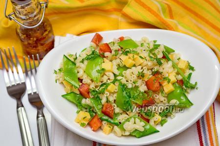 Салат с макаронами, сыром и сахарным горошком