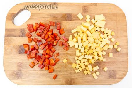 Отвариваем макароны в подсоленной воде. А пока они варятся, нарежем сыр и перец кубиками.