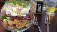 Фото рецепта Слоёный салат с бастурмой, грибами и перепелиными яйцами