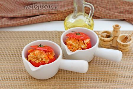 Можно выложить в кокотницы и подать порционно. Выпекать начинённые помидоры при 180°С 30 минут.
