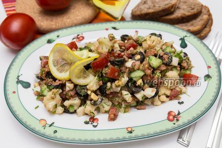 Салат из тунца в пряном соусе из овощей