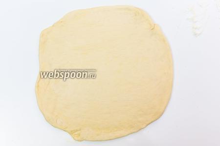 Затем вынимаем тесто и каждую часть вновь раскатываем и смазываем растопленным маслом.
