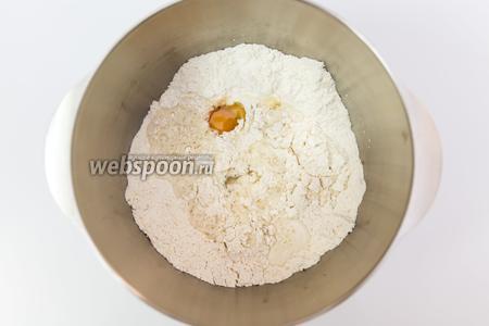 Смешиваем муку, соль, сахар, дрожжи. Добавим тёплое молоко и воду, яйцо и оливковое масло.