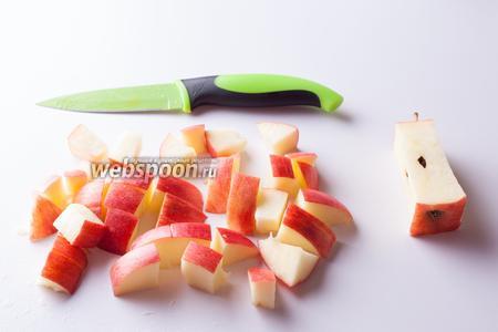 Удаляем из яблока сердцевину и режем его кусками, соразмерными с кусками тыквы.